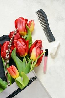 花、バッグ、マニキュア、グラス、リップグロス。春のファッションフラット横たわっていた、トップビュー、コピースペース。
