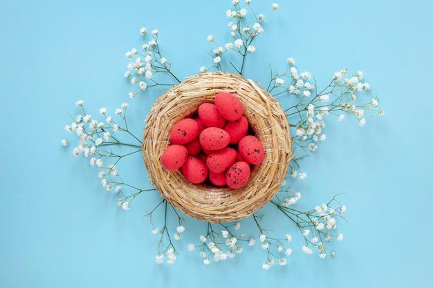 부활절 달걀 바구니 옆에 꽃