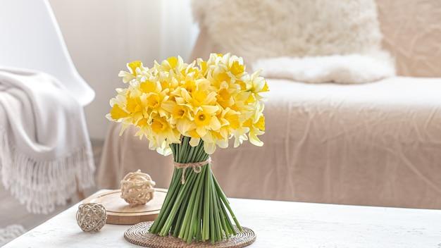 소파 옆 꽃 꽃다발