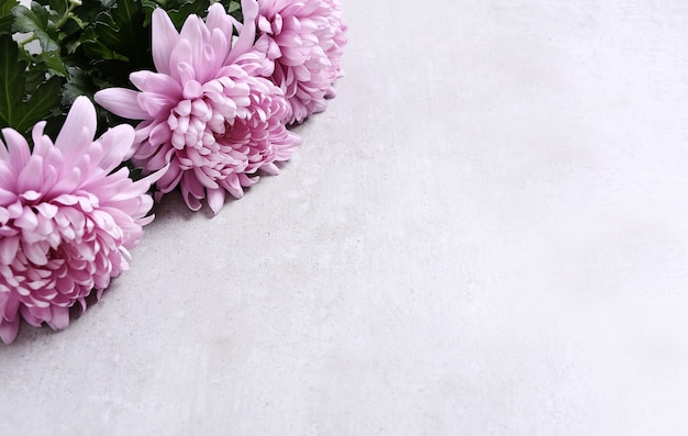 회색 배경에 꽃 꽃다발