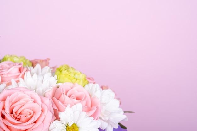 最小限のピンクの背景の花の花束
