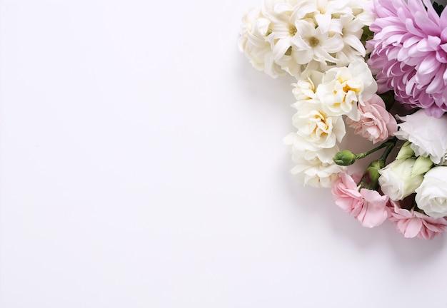 白い背景の上の花の花束