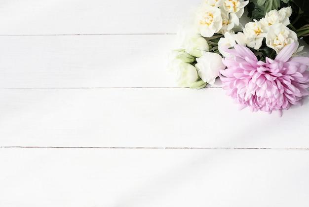 木製の背景の花の花束