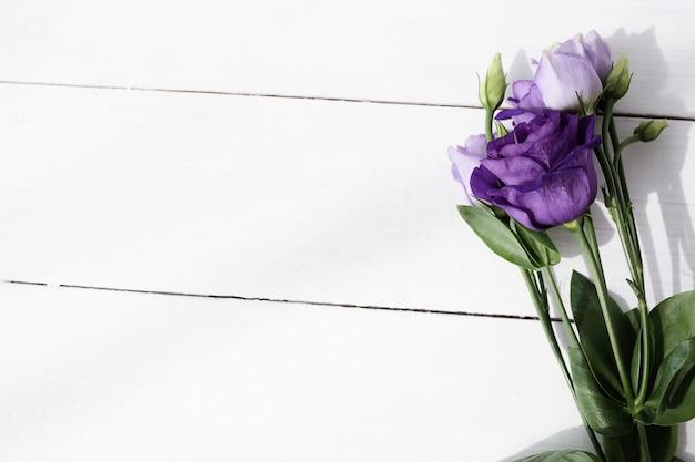 Букет цветов на деревянном фоне