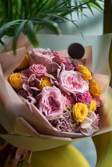家の装飾をアレンジする花の花束