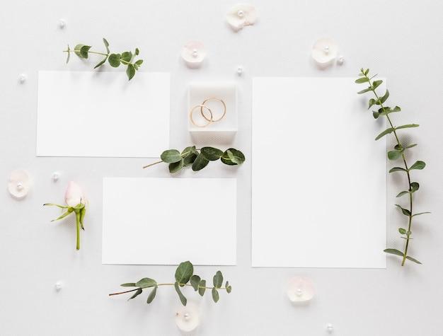 結婚式の招待状と花の枝