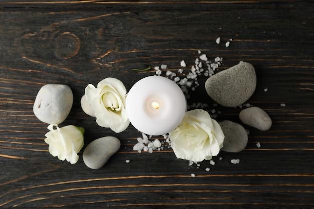 花、キャンドル、石、木の上の海の塩、テキスト用のスペース