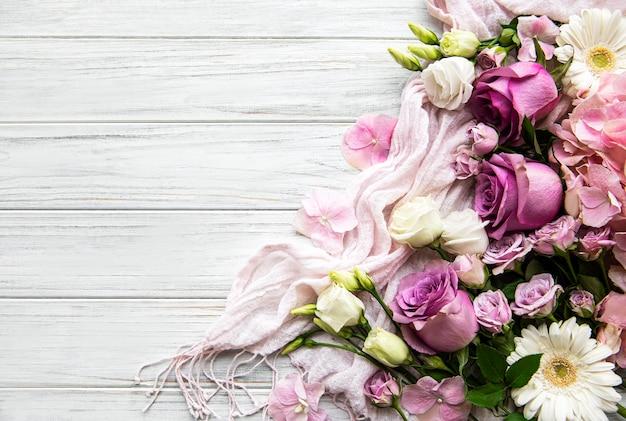 花の組成物。白い木製のピンクの花で作られたボーダー。