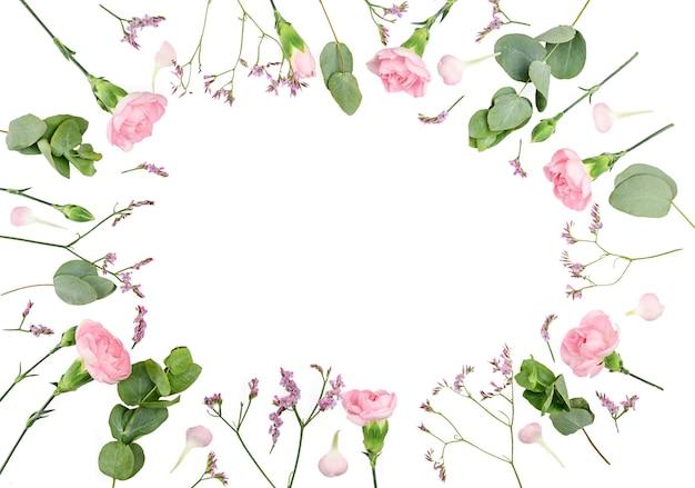 花の構成。カーネーションで作られたフレーム、孤立したフラットレイ、上面図、正方形。