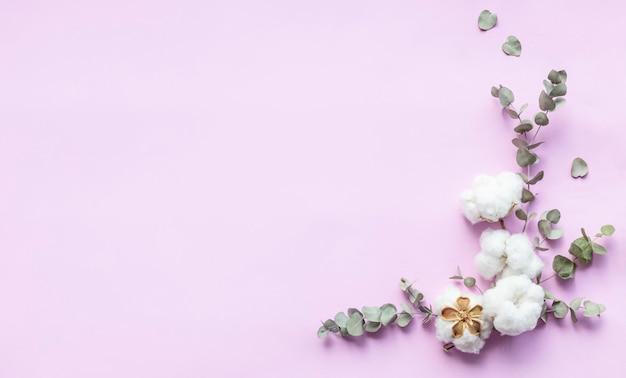 花の組成-新鮮なユーカリの葉と綿の花