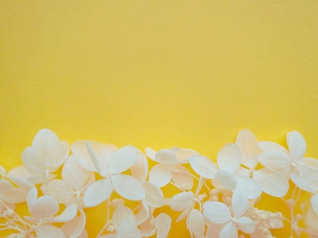 Цветочная композиция из цветов гортензии на цвете 2021 года illuminating. весенний, летний шаблон для ваших проектов. плоская планировка, копия пространства.