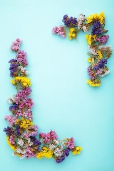 花の構成。パステルブルーの背景にカスミソウの花。フラットレイ、上面図、コピースペース。春