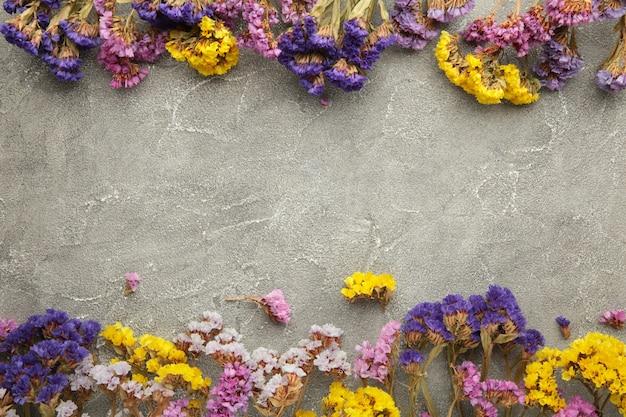 花の構成。カスミソウの花。春、夏のコンセプト。フラットレイ、上面図。