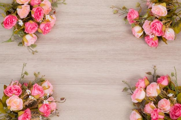 結婚式またはanniversayの概念のための木製のバックグラウンドの花の組成