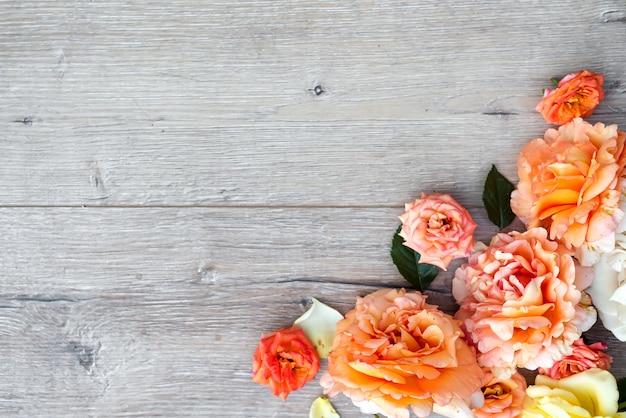 木製の背景の花のコンポジション。バレンタインデーの背景。