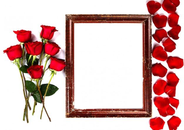 花の組成物。フォトフレーム、赤いバラの背景
