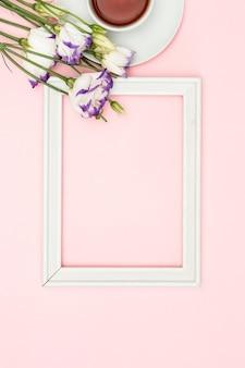 ロマンチックな花の構成。春の花、パステル背景のフォトフレーム。フラットレイ、上面図、コピースペース