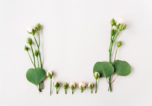 Композиция из цветов: маленькие розы с бутонами и зелеными листьями