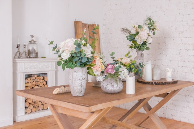 꽃 장식 가게. 나무 테이블에 봄 서머 꽃과 다른 화병