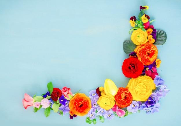 블루 테이블에 꽃 축제 구성
