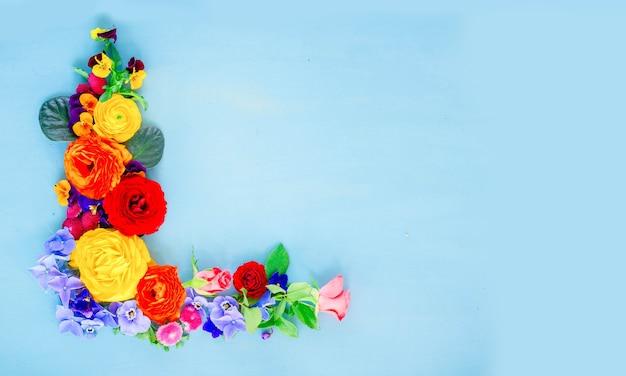 푸른 나무 테이블에 꽃 축제 구성