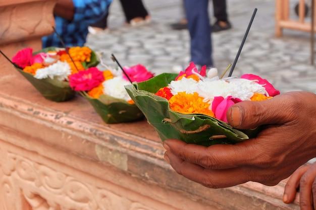 日没のリシケシインドのパルマートニケタンアシュラムでのガンジス川のaarti式典のための花