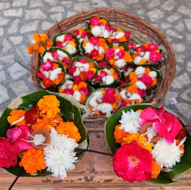 日没時のparmarthniketanアシュラムでのgangaaarti式典の花