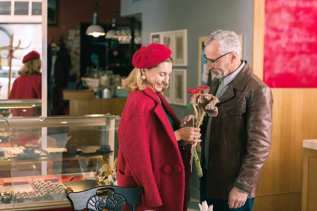 숙녀를위한 꽃. 좋은 꽃을 선물하는 사랑하는 돌보는 남편 빵집에 오는 우아한 아름다운 아가씨