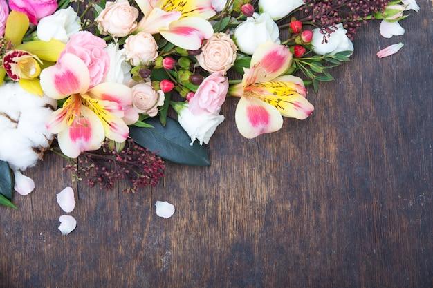 Цветочная рамка на деревянной поверхности