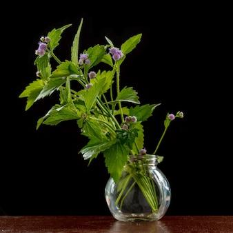 小さなガラスの花瓶の花