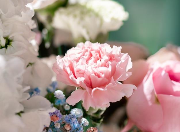 Цветы в саду, цветочная красота и ботанический фон для свадебного приглашения и поздравительной открытки, концепция природы и окружающей среды