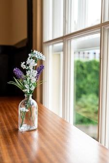 테이블에 유리 꽃병 장식 꽃