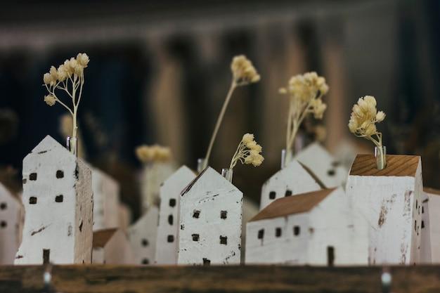 집 모양의 꽃병에 꽃