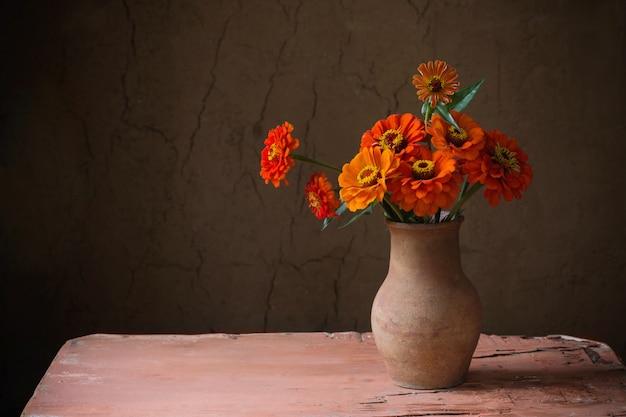오래 된 나무 테이블에 조끼에 꽃