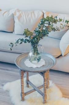 Цветы в комнате на столе. вид сбоку.