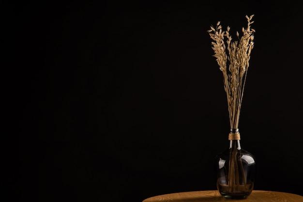 木製のテーブルの花瓶の花