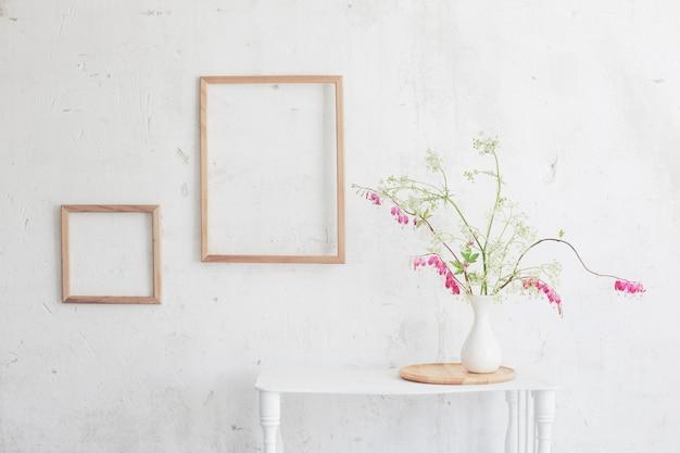 표면 흰 벽에 꽃병에 꽃