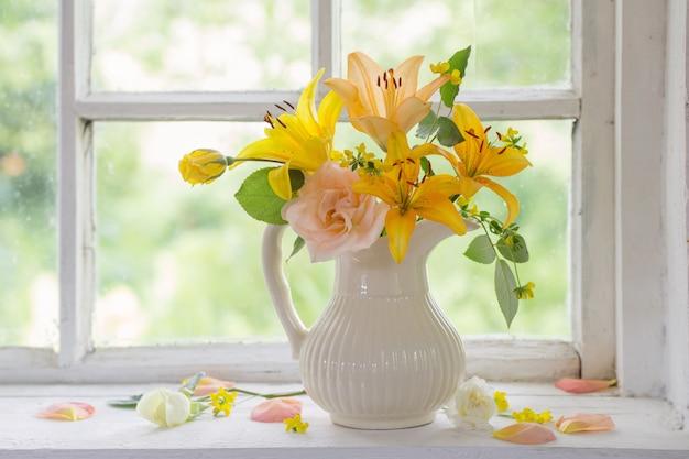 窓辺の花瓶の花