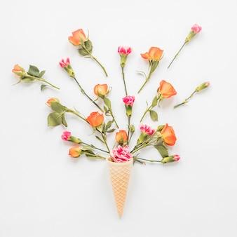 테이블에 와플 콘에 꽃