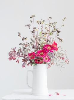 白い背景の上の白い水差しの花