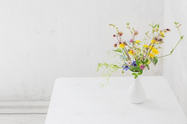 화이트 빈티지 인테리어에 흰색 꽃병에 꽃