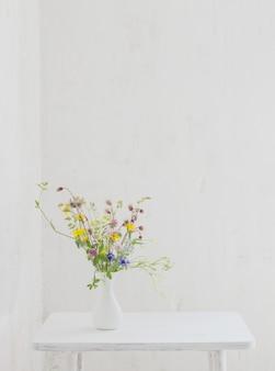白いヴィンテージインテリアの白い花瓶の花