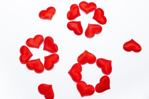 붉은 마음에 놓인 꽃들