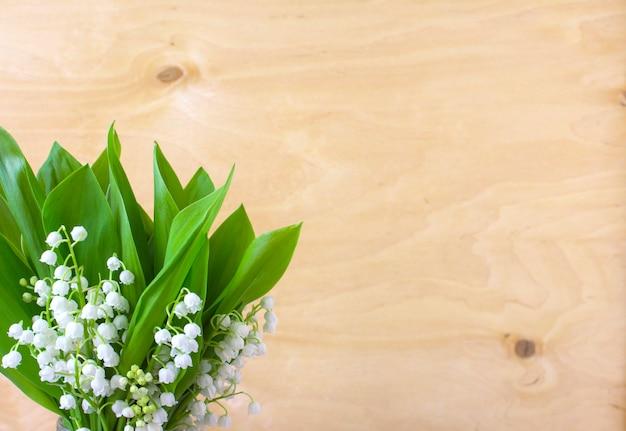 Цветы ландыша весной деревянные поверхности