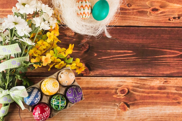둥지와 계란 판지 근처 꽃