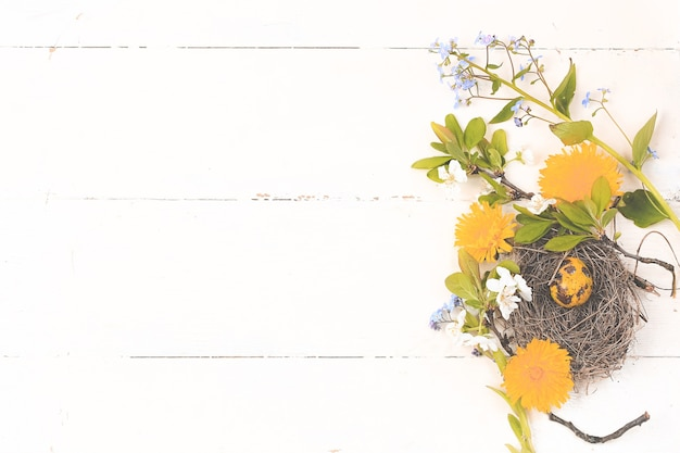 Цветочное гнездо с яйцами весенняя пасхальная композиция