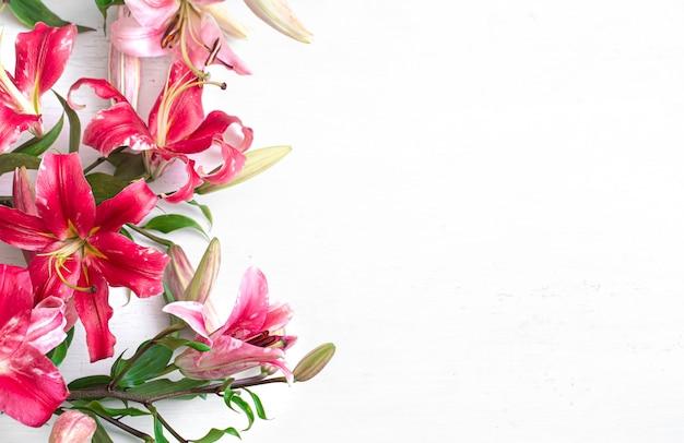 テキストの場所がある明るい表面に新鮮なユリの花。花の配達の概念。