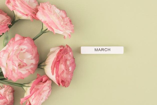 緑のテーブルの上の花、上面図、碑文3月
