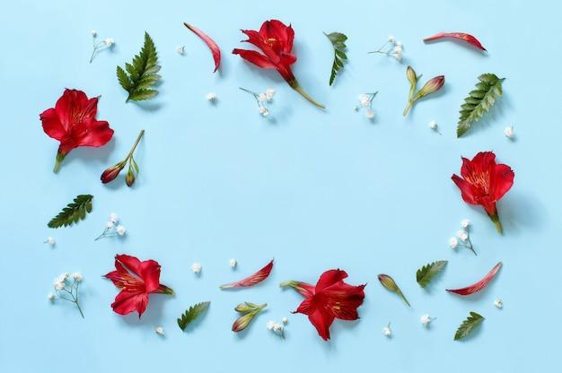 밝은 파란색 배경 평면도에 꽃