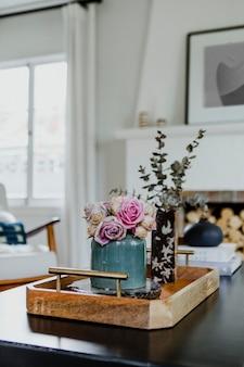 장작 옆 탁자 위의 꽃들